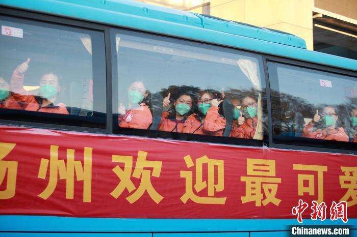 扬州164名白衣战士平安回家。 孟德龙 摄