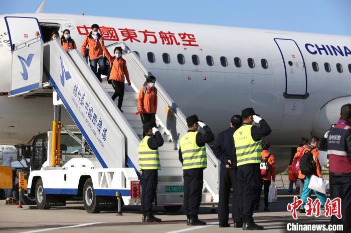 19日下午,江苏扬州援助湖北医疗队第二批164名撤离队员抵达扬州泰州国际机场。 扬州泰州机场供图