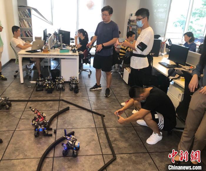 深圳前海创业青年招俊健:在前海研发格斗机器人