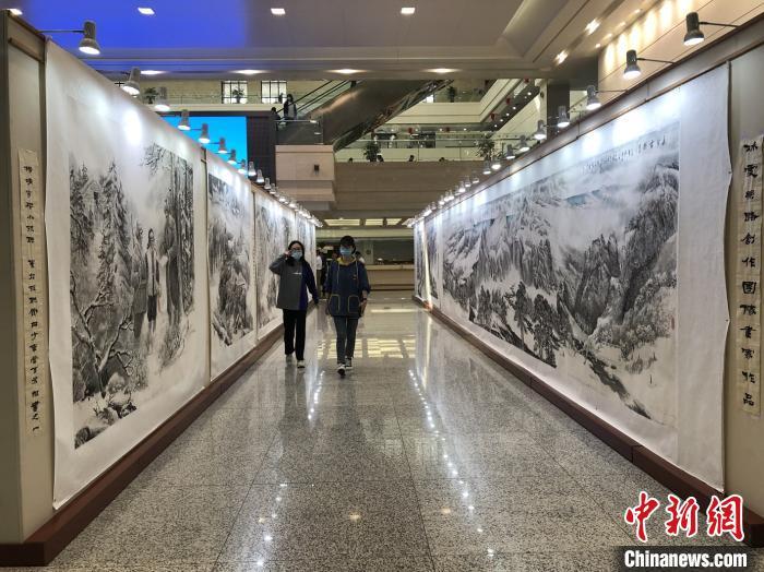 《冰雪丝路图百米组画》开笔仪式现场,同步展出画家团队的其它作品。 吕盛楠 摄
