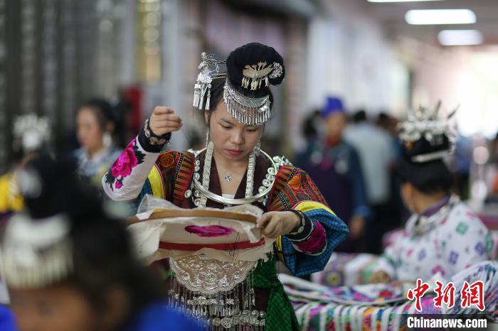 贵州丹寨:易地扶贫安置点比拼手工秀技艺