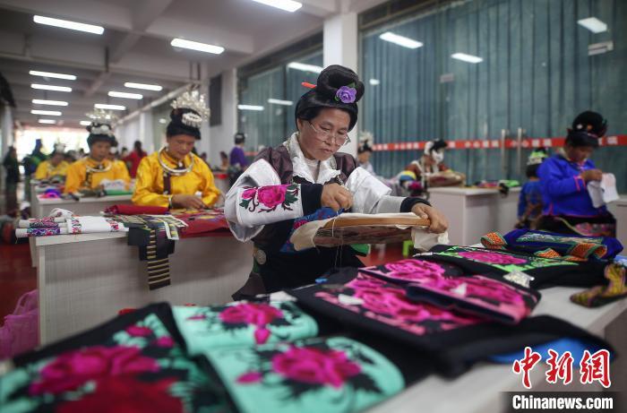 搬迁民众在进行传统刺绣比赛。 黄晓海 摄
