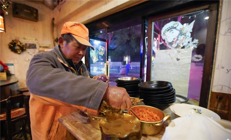 浙江宁波:小酒吧打烊后变温暖早餐店 连续6年承包环卫工早点