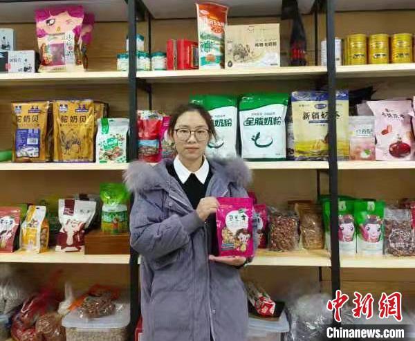 江晓芳在产品间介绍代销的商品。 喻鲁沙 摄
