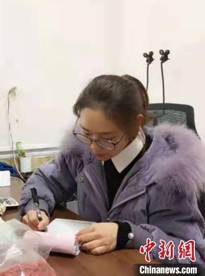 江晓芳在做销售记录。 喻鲁沙 摄