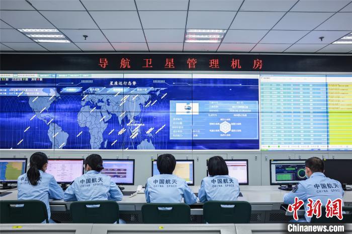 """春节前夕,西安卫星测控中心对在轨运行的52颗北斗导航卫星进行逐个""""体检"""",确保北斗导航星座在春节期间能够平稳运行、提供精准服务。 周光府 摄"""